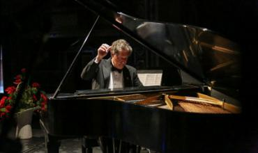 Pianist Peter Simon performs